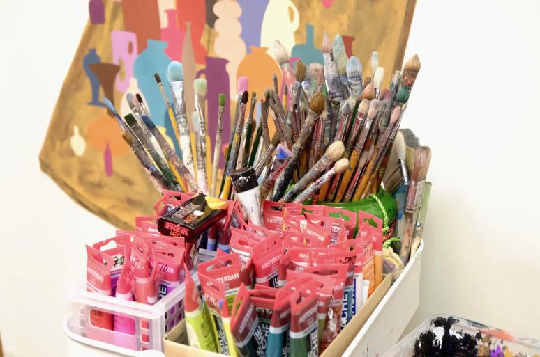 平子雄一のアトリエにて、絵筆と絵具