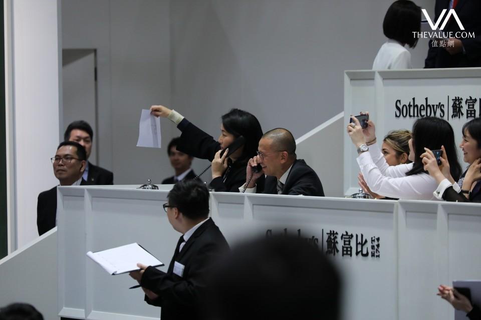 亞洲區主席黃林詩韻(舉手者)替客戶投得《背後藏刀》